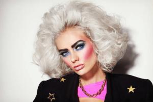 Czym wyróżnia się makijaż lata 80?