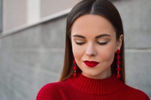 Jaki makijaż do czerwonej sukienki?