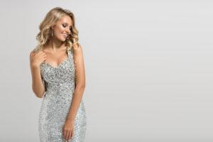 Jaki pasuje makijaż do srebrnej sukienki?