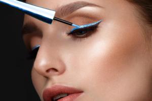 Makijaż do niebieskiej sukienki – na co zwrócić uwagę?