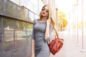 Jaki zrobić makijaż do szarej sukienki?