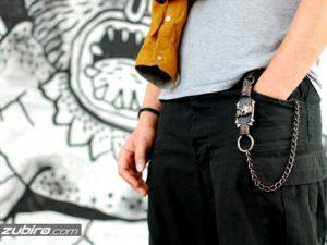 Spodnie z łańcuchem Bershka – świetne stylizacje nie tylko dla fanek grunge stylu
