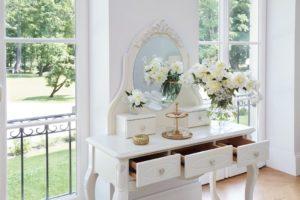 Toaletka biała – marzenie każdej z kobiet