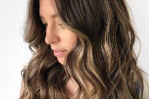 Sombre refleksy na ciemnych włosach – jak wykonać?