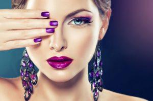 Makijaż do fioletowej sukienki – na jaki make-up się zdecydować?